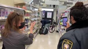 دزدی از فروشگاه در ملاء عام