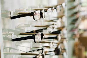 دزدی یک خانوم از عینک فروشی