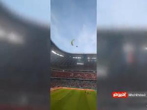 فرود خطرناک یک چترباز روی چمن ورزشگاه دیدار آلمان و فرانسه