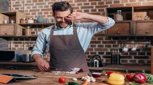 ۱۰ ترفند حرفهای برای خرد کردن پیاز بدون اشک ریختن