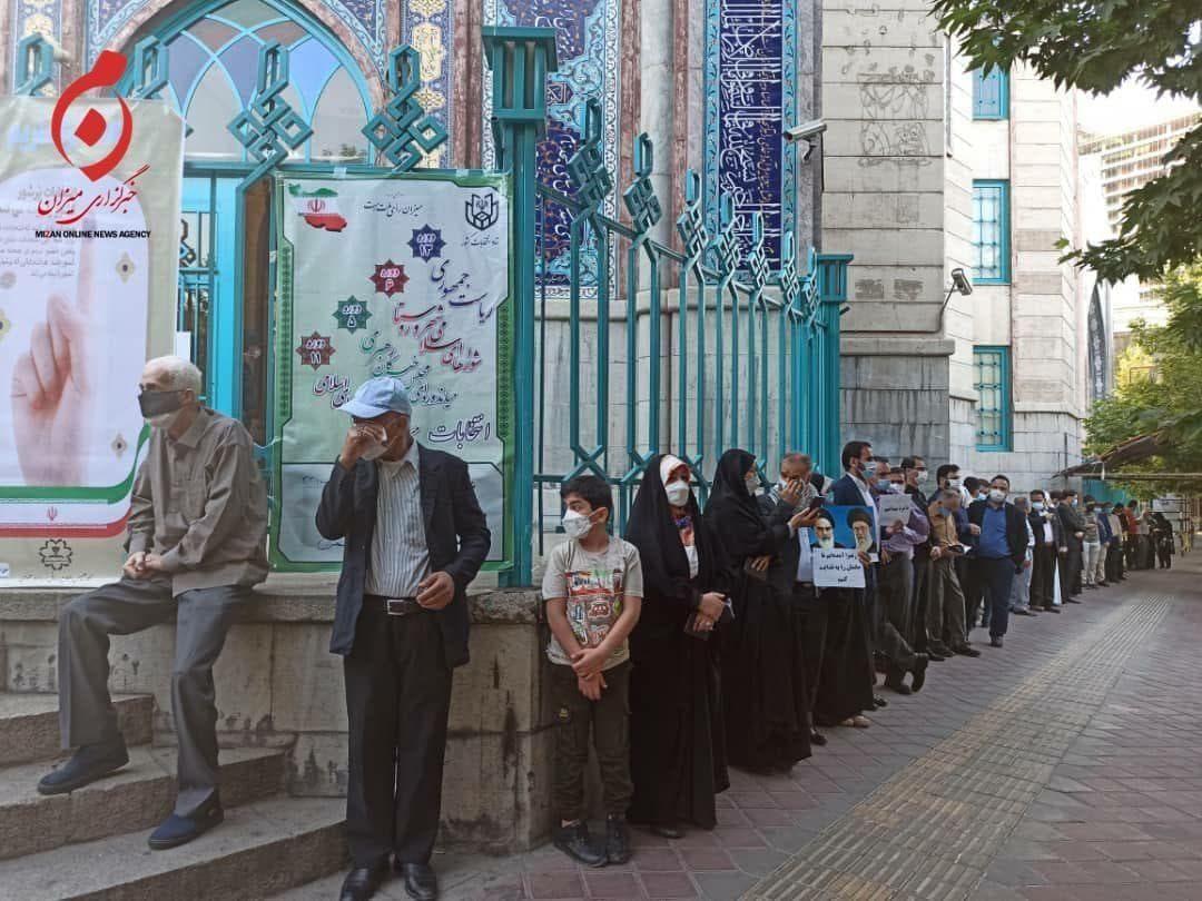 عکس/ حضور رای دهندگان در مقابل حسینیه ارشاد تهران در نخستین دقایق آغاز انتخابات