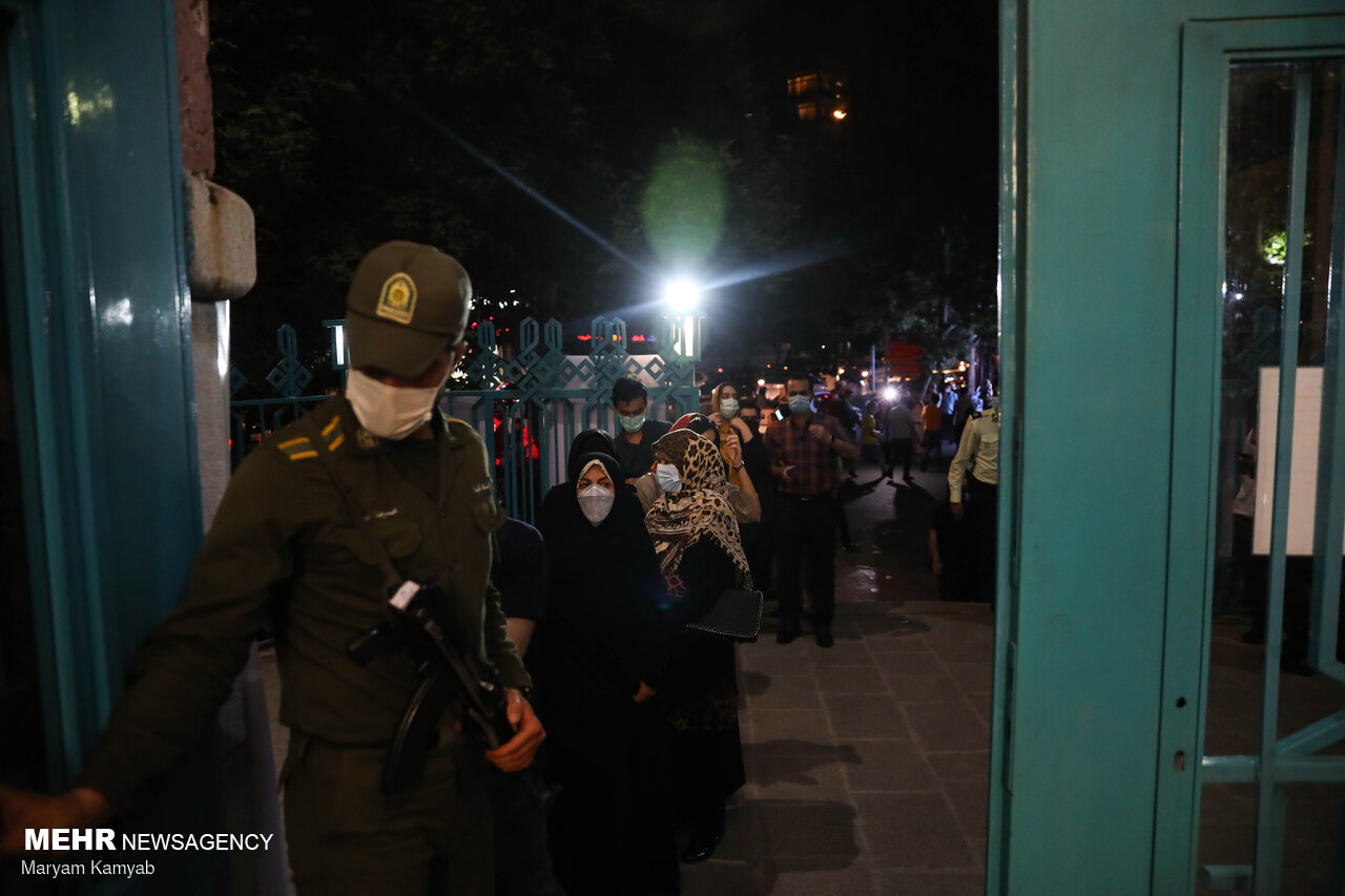 عکس/ دقایق پایانی رای گیری در حسینیه ارشاد و صف های طویل!