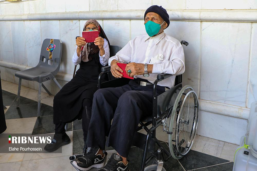 عکس/ زن و شوهر مسن شیرازی در انتظار نوبت رای