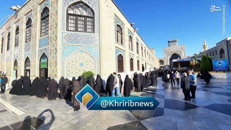 عکس/ سحرخیزان مشهدی پای صندوقهای رای در حرم رضوی