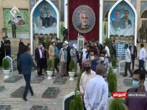 صف مردم قبل از شروع رسمی انتخابات در محل مزار شهید سلیمانی