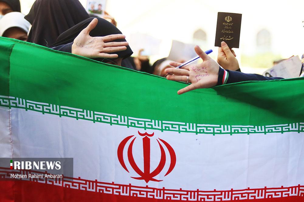 با هویتشان پشت پرچم ایستاده اند...