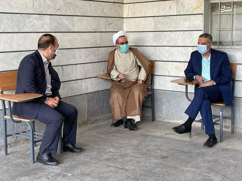عکس/ انتظار فرمانده ارتش برای شرکت در انتخابات
