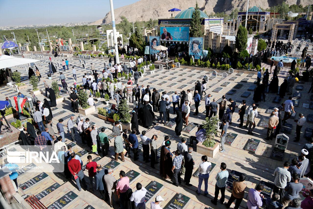 عکس/ صف طولانی مردم پای صندوق های رای در جوار مزار حاج قاسم