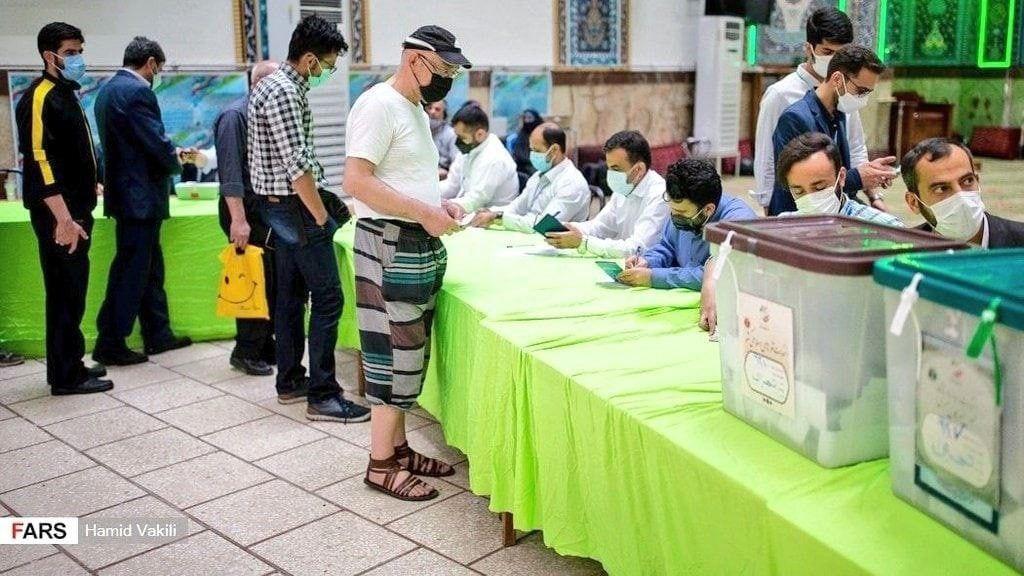 عکس/ تیپ راحت یک رای دهنده در آخرین ساعات رای گیری