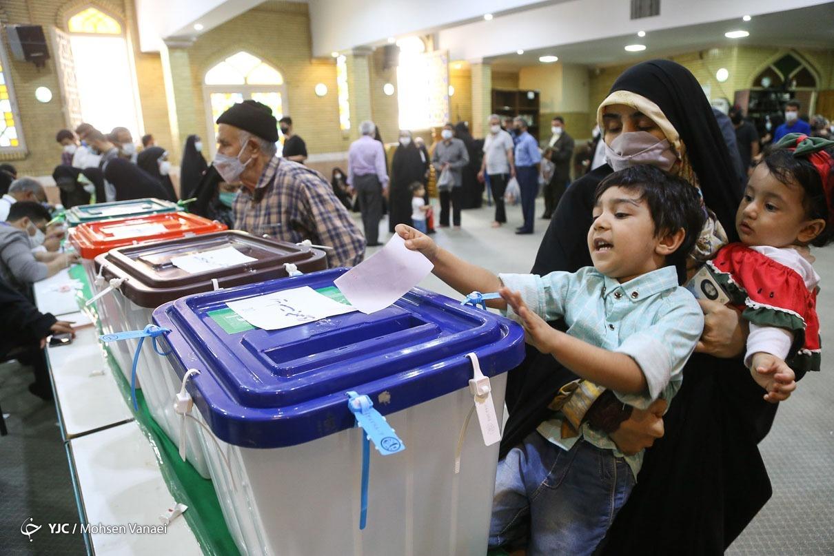عکس/ شوق کودکان پای صندوق رای