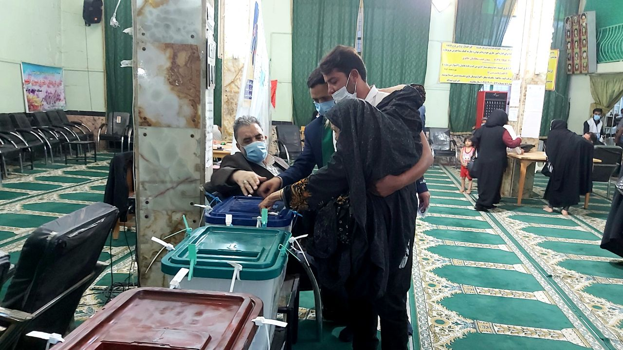 عکس/ وضعیت دشوار مادر شهید پای صندوق رای