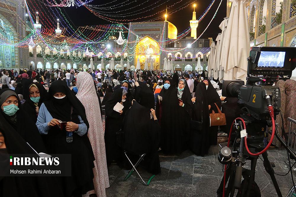 عکس/ جمعیت انبوه رای دهندگان در حرم رضوی؛ شب انتخابات