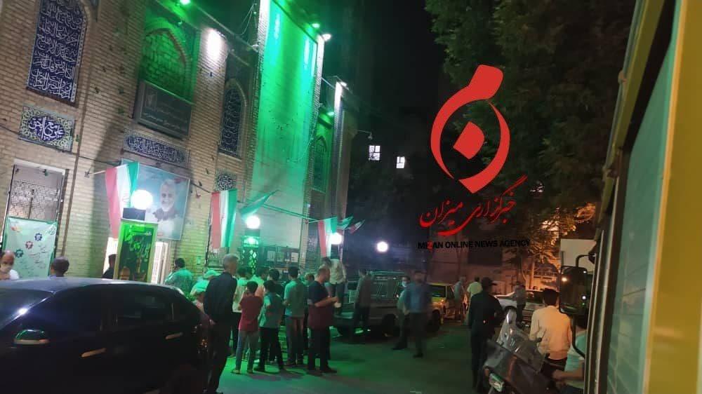 عکس/ تجمع جمعیت در ساعات پایانی انتخابات جلو درب مسجد لرزاده