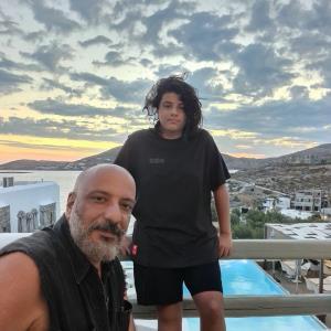 چهره ها/ جدیدترین سلفی امیر جعفری با پسرش در یونان