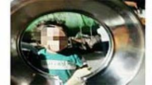 گیرکردن سر کودک خرمآبادی در درب قابلمه