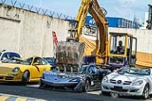 تخریب خودروهای باارزش با بولدوزر دولت فیلیپین