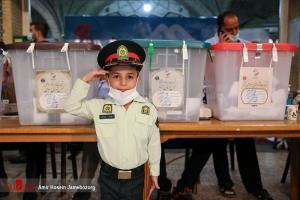 عکس/ حضور کودکان با لباس نظامی پای صندوق رای