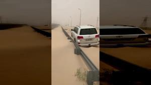 مدفون شدن جاده زیر تلی از شن در کویت