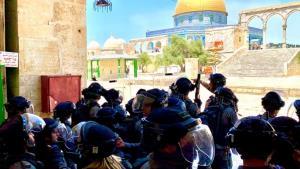 حمله اشغالگران به تجمع اهالی قدس در حمایت از پیامبر اکرم (ص)