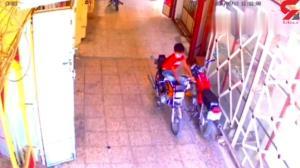 سرقت حرفهای موتورسیکلت توسط یک پسربچه