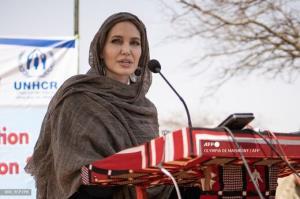 پوشش جالب آنجلینا جولی هنگام بازدید از کمپ آوارگان