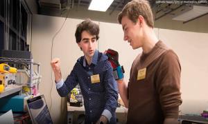 دستکشی که زبان اشاره را به صوت تبدیل میکند؛ با همکاری دانشجوی ایرانیMIT