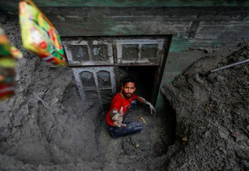 تصویری عجیب از نپال و دفن خانه ها در گل و لایِ سیلاب!