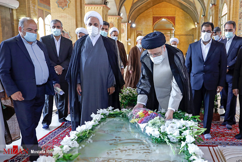 عکس/ ادای احترام رئیسی به مقام شهید بهشتی و شهدای هفتم تیر