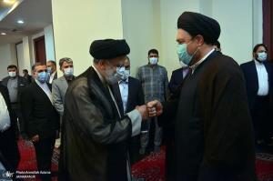 دست دادن رئیسی و سید حسن خمینی به سبک دوران کرونا