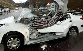 لحظه وحشتناک له شدن یک ماشین زیر سازه فلزی وسط خیابان!