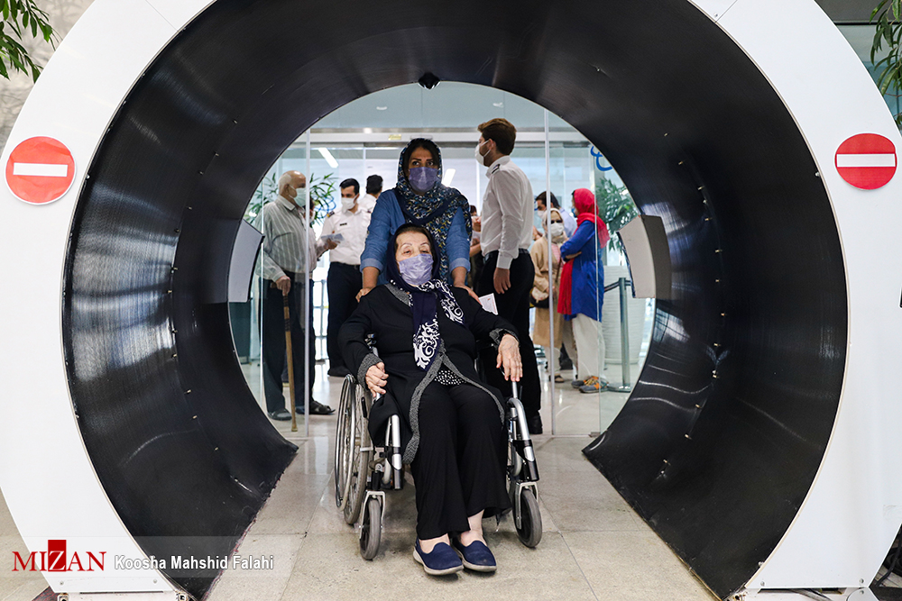 عکس/ تزریق دوز دوم واکسن کرونا به سالمندان در ایران مال