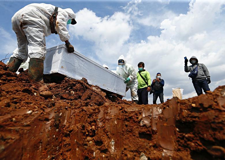 دفن تابوت یک قربانی کرونا در اندونزی