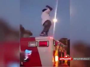 صحنه عجیب سوار شدن شهروندان روی سقف آمبولانس!