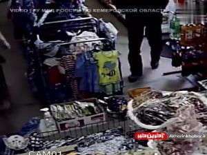 پیرزن روس که دزد را به دام انداخته و پلیس را خبر میکند!