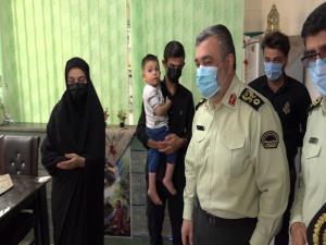 فرمانده نیروی انتظامی با خانواده شهید بویر در یاسوج دیدار کرد