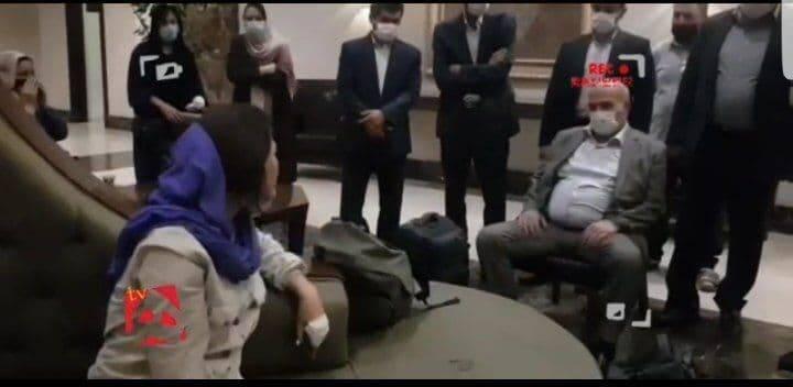 عکس/ مدل عجیب نشستن عیسی کلانتری در مقابل خبرنگاران