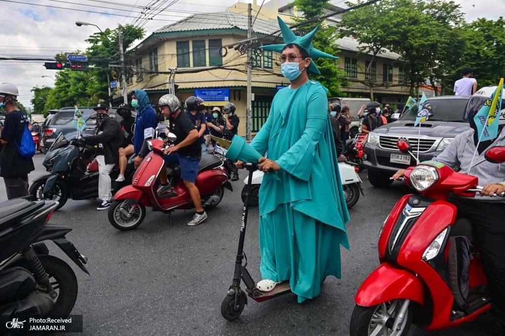 لباس خاص یک معترض طرفدار دموکراسی در یک تظاهرات ضد دولتی در بانکوک