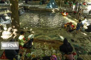 گرما و حضور گردشگران در آبشار سمیرم