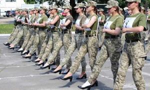 جنجال رژه سربازان زن ارتش اوکراین با کفش پاشنهبلند