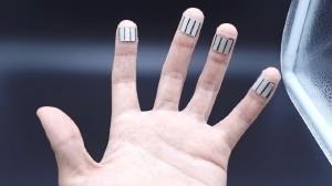 انگشتان دست به کمک شارژ گجت های پوشیدنی می آیند