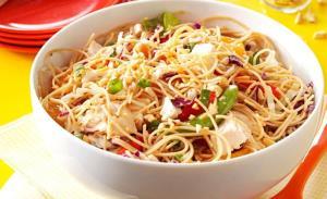 مرغ و نودل کنجدی یک غذای چینی در دسترس