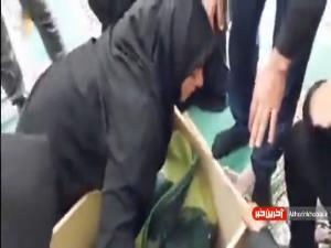 لحظه غمانگیز آخرین دیدار همسر، مادر و پدر با پیکر شهید ضرغام پرست