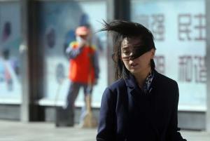 باد شدید مادر و دختر موتورسوار را سرنگون کرد!