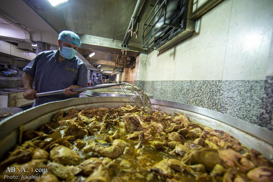 عکس/ توزیع غذا بین زائرین توسط مضیف حرم حضرت عباس(ع)