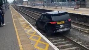 فرار سارقان خودرو از روی ریل قطار!