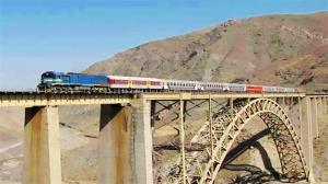 له شدن خودروهای روی سقف قطار پس از برخورد با پل هوایی
