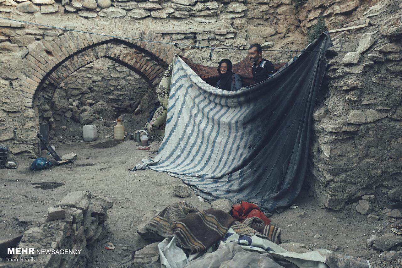 عکس/ زندگی باور نکردنی یک زوج در خرابه های شهر!