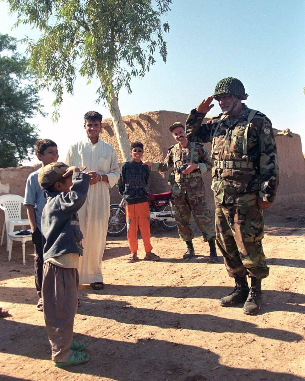 عکس/ احترام نظامی به کودک خوزستانی