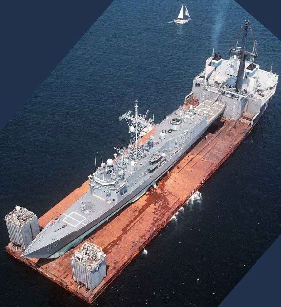 تصویری از ناو آمریکایی آسیب دیده در خلیج فارس