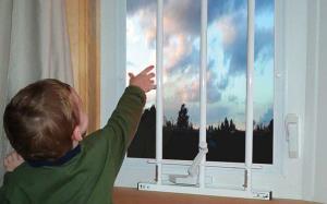 بچه شیطونی که نرده های پنجره آپارتمان نجات بخش جانش شد